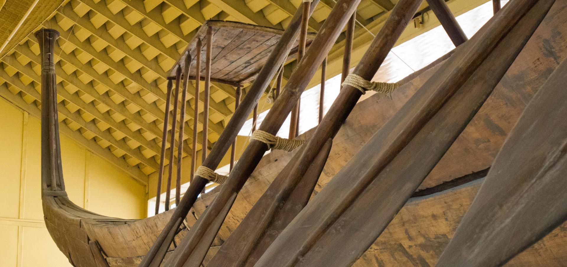 Hufu rekonstruált bárkáinak egyike a gizai hajómúzeumban